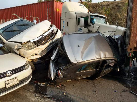 Tráiler impacta 5 vehículos en la Autopista Siglo XXI; 8 personas lesionadas