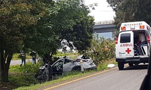 Vehículo se impacta contra un árbol en la carretera Pátzcuaro-Morelia