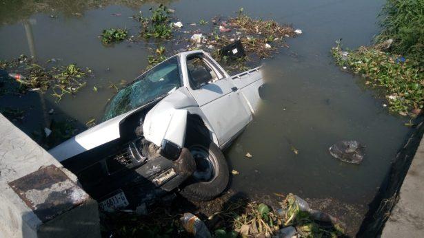 Cae camioneta a un canal en Fraccionamiento Erandeni
