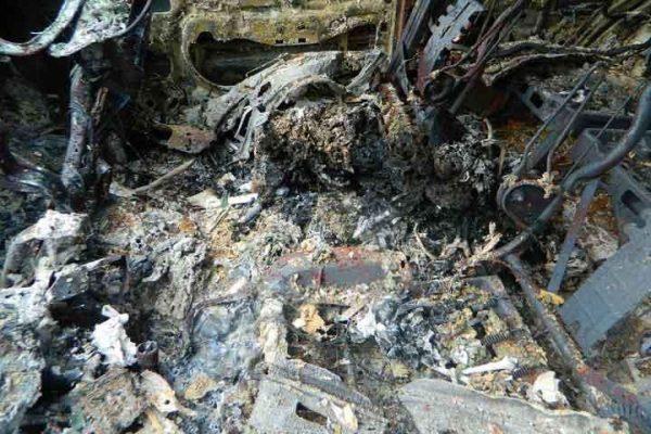 Hallan vehículo calcinado con restos humanos dentro