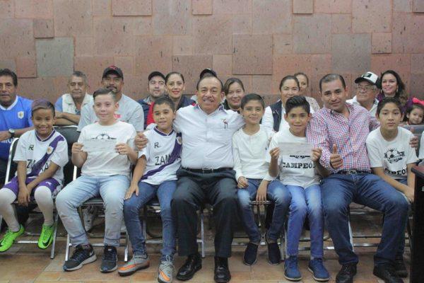 Entregan apoyos a niños y jóvenes futbolistas zamoranos