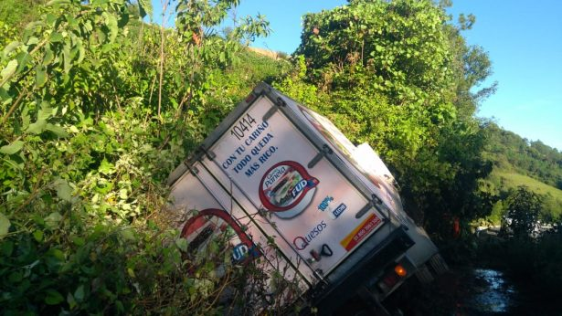 Vuelca camión repartidor en la Autopista Zitácuaro-Lengua de Vaca