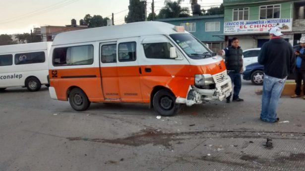 Choca otra combi del servicio público en Zitácuaro; dos lesionados