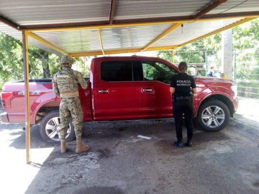 Marina y Policía Michoacán recuperan camioneta robada con violencia