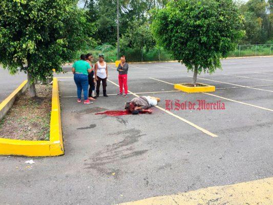 Asesinan a hombre en el estacionamiento de un centro comercial