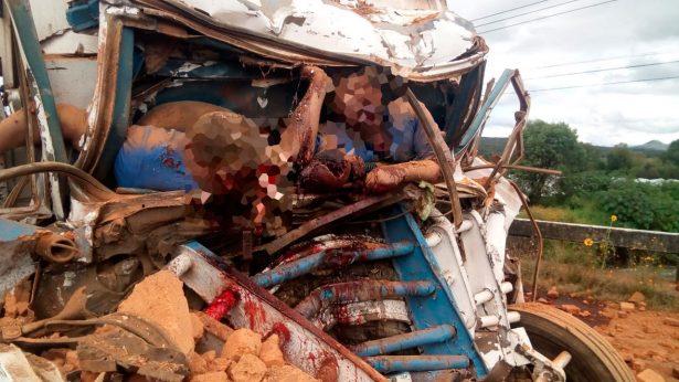 Camión choca por alcance contra un Torton y pierden la vida dos personas