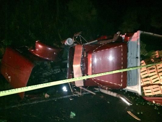 Muere chofer de un camión tras volcarse en la carretera Uruapan-Pátzcuaro