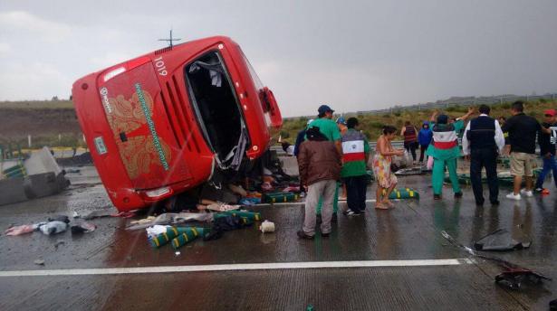 Volcadura de autobús en la México-Puebla deja 35 heridos