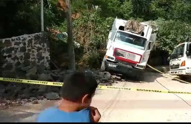Chocan camiones de la basura y uno mata a un albañil