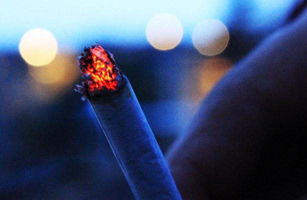 Francia prohíbe cajetillas de cigarros con logotipos de marcas