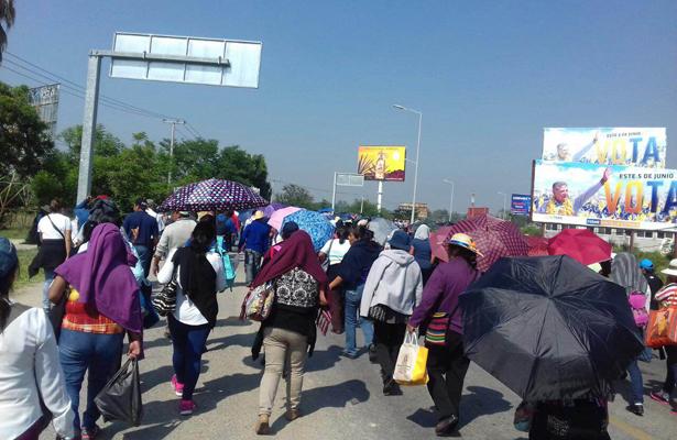 Docentes retiran bloqueo que mantenían en inmediaciones de la carretera federal 170