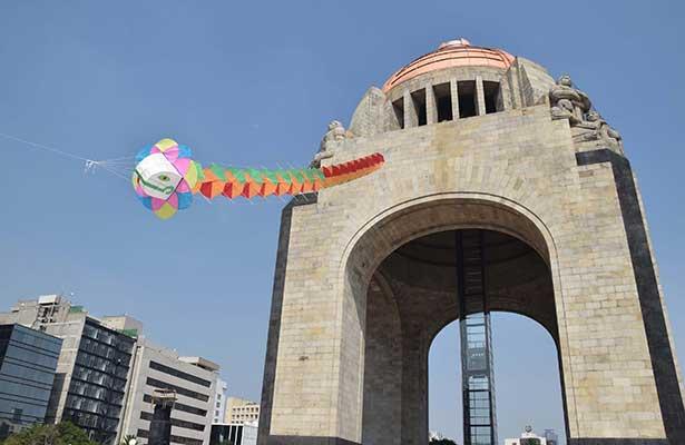 Con papalote monumental, llama IEDF a votar