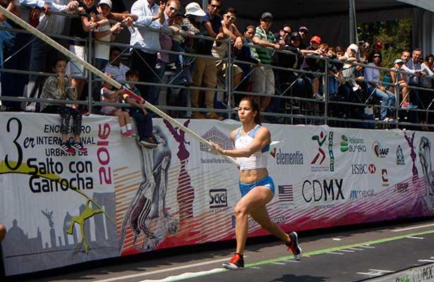 Dan exhibición de salto con garrocha en Paseo de la Reforma