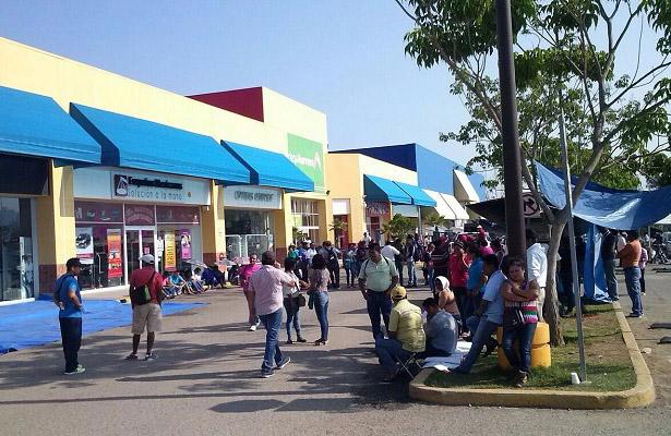 Maestros bloquean centros comerciales en Oaxaca
