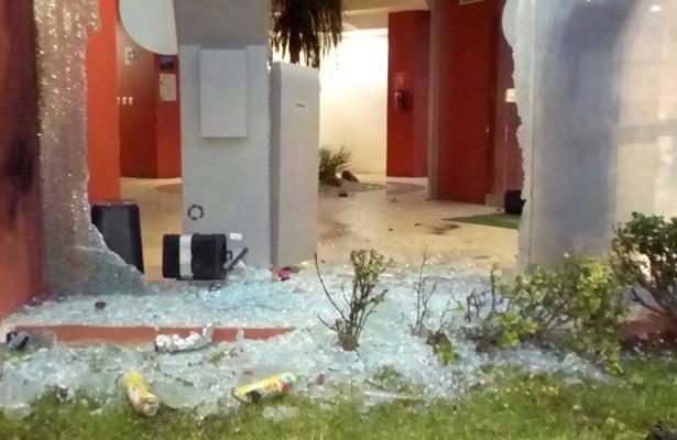 Arrojan artefactos explosivos a cajeros de CFE