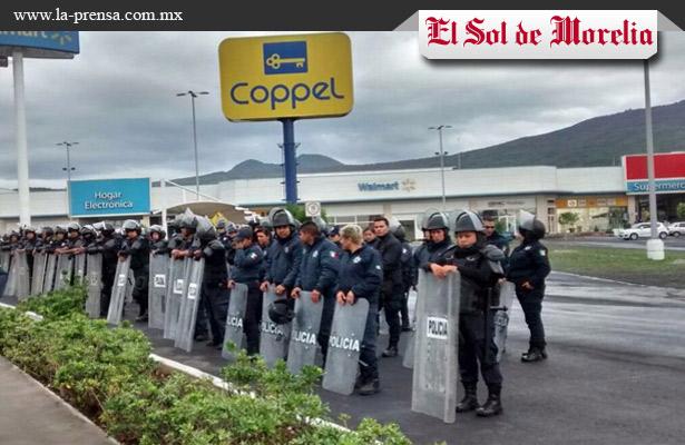 Policías resguardan centros comerciales por presencia de la CNTE