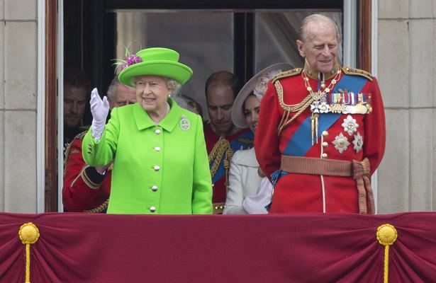 Celebra sus 90 años la reina Isabel II con parada militar y un desfile aéreo