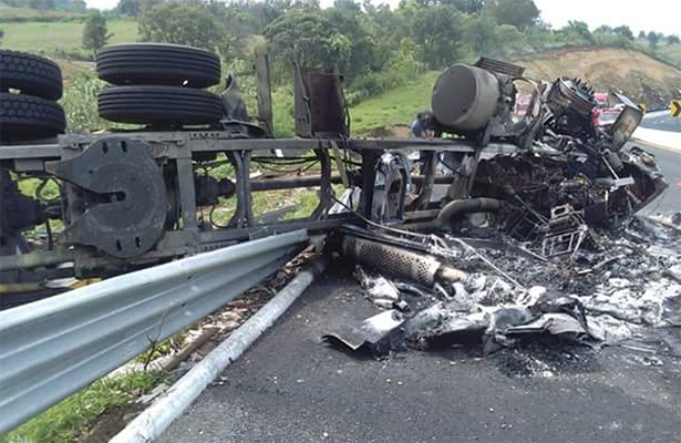 Muere carbonizado en accidente carretero