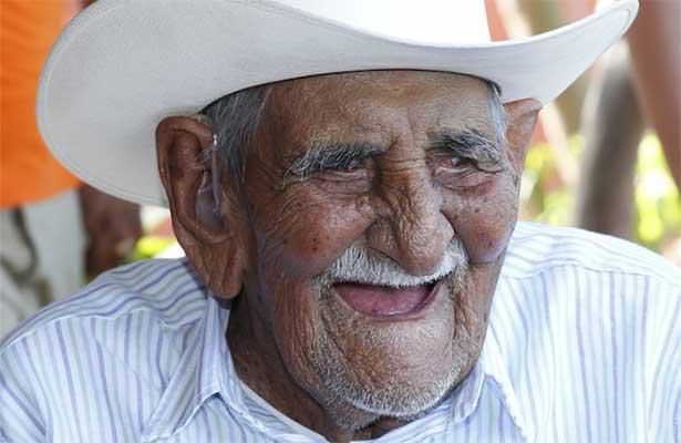 Sostiene Meade Kuribreña encuentro con adulto mayor de 106 años de edad en La Paz, BCS