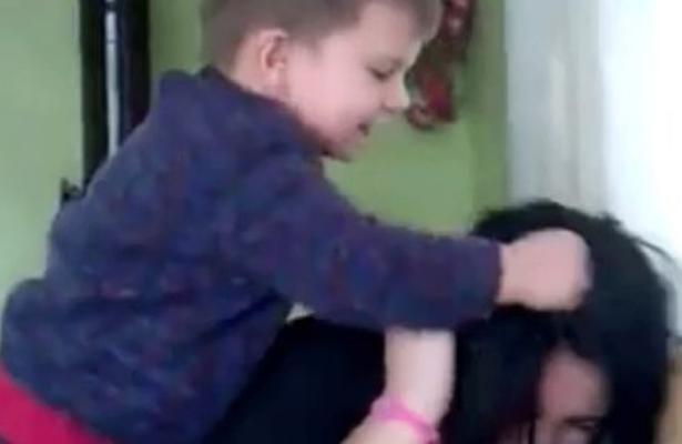 Niño golpea a mamá