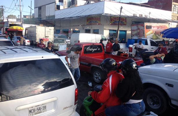 Descargas en Eje 2 Norte y Congreso complican el tránsito vehicular