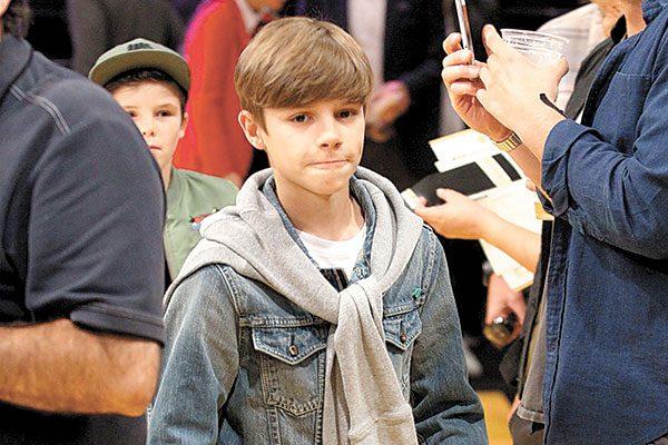 El hijo de David Beckham debuta como cantante, con el mánager de Justin Bieber