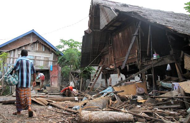 Desplazan a más de 45 mil personas en Indonesia