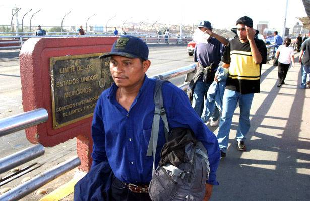 Apoyan a mexicanos repatriados de EU