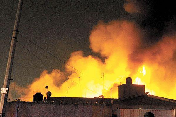 Ardió fábrica de colchones en Santa María Aztahuacán