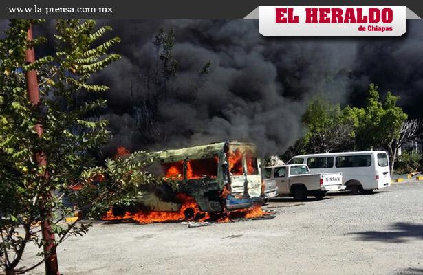 Maestros vandalizan vehículos en Tuxtla