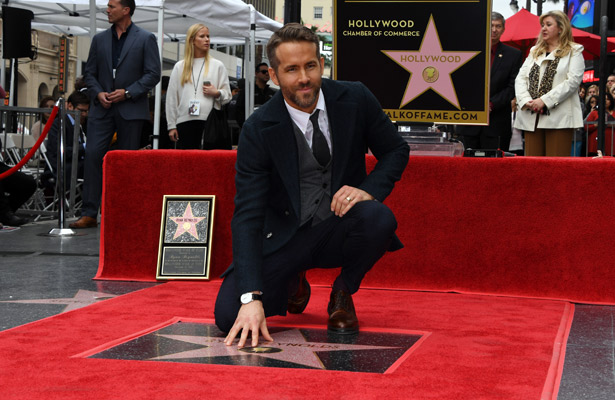 Recibe Ryan Reynolds estrella en Hollywood
