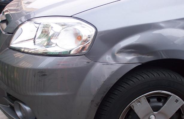 Muere al impactar su vehículo contra un muro de contención