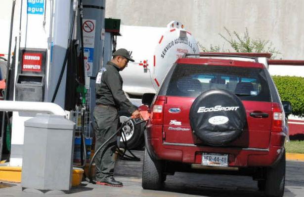 Automovilistas cargan último tanque de gasolina a precio actual
