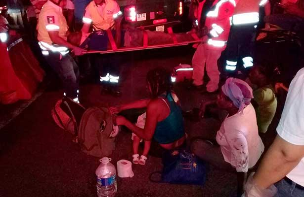 Se volcó camión con migrantes, muere una bebé
