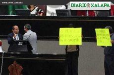 Diputado de Veracruz toma la tribuna y se encadena