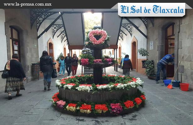 Amanece con adornos florales parque central de Tlaxcala