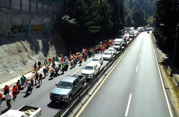 Peregrinos complican vialidad en la México-Toluca