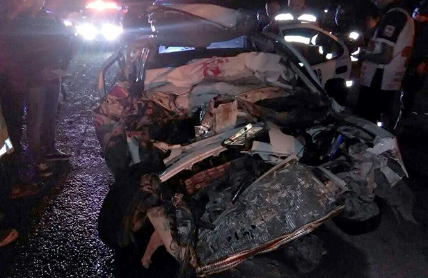 Tractocamión embiste auto, mueren los cuatro ocupantes