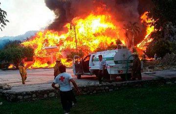 Incendio arrasa dos hoteles en Palenque