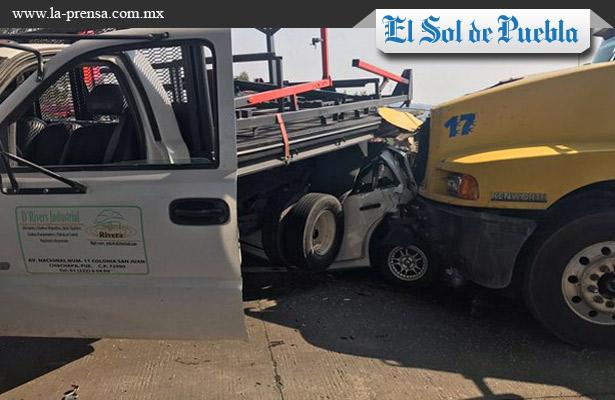 Chofer queda prensado entre vehículos en la México-Puebla