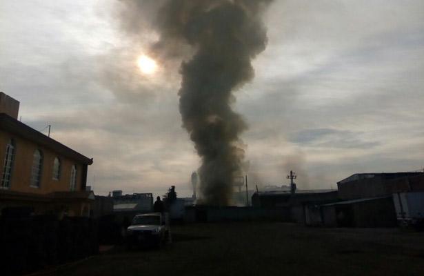 Incendio consume fábrica de plásticos en Toluca