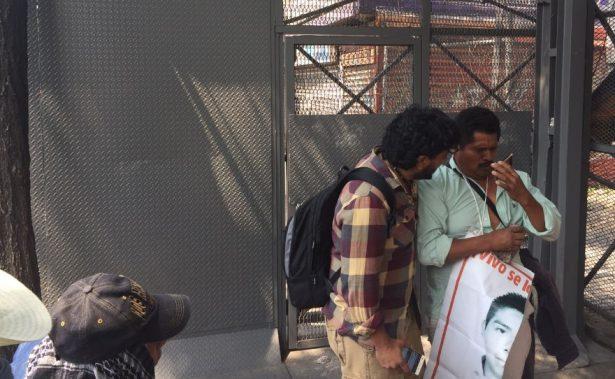 Lanzan gas lacrimógeno contra padres de los 43