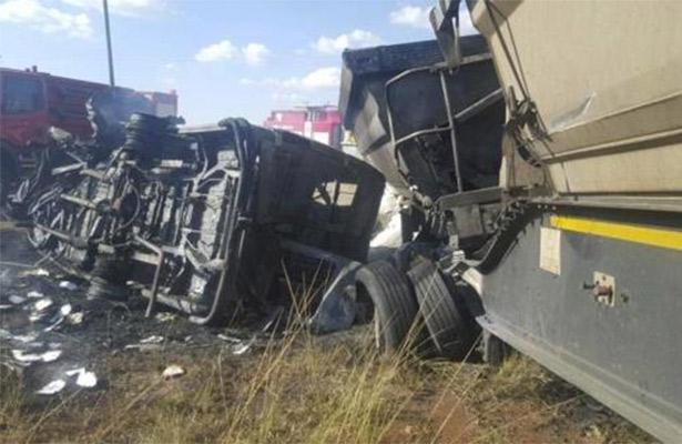 Diecinueve niños mueren en un accidente de bus en Sudáfrica