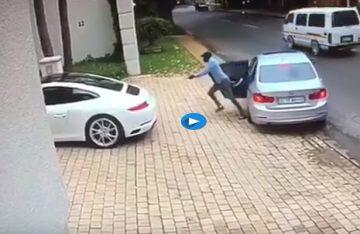 Hombre evita que le roben su auto en Sudáfrica