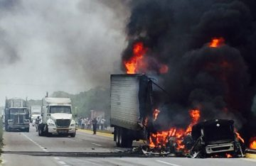 Se incendia tráiler al impactarse contra el camellón central, en Quintana Roo