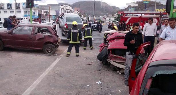Camión de volteo impacta a vehículos en persecución en Hidalgo