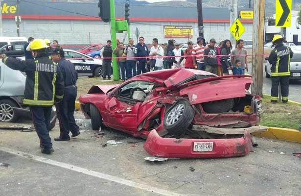 Atropella, mata y al fugarse pasa sobre vehículos, en Hidalgo