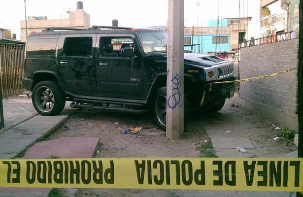 Hallan cuerpo sin vida en una Hummer en Iztapalapa