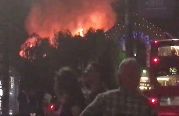 Londres: Feroz incendio en un reconocido sitio turístico