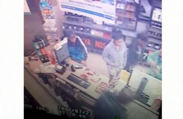 Atracan tienda de conveniencia, pero los agarran en la huida